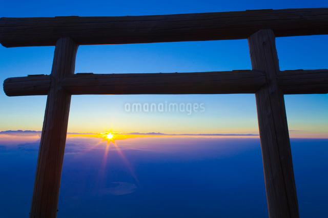 富士登山道の鳥居とご来光の写真素材 [FYI01585853]