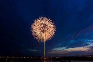 夕空の打ち上げ花火の写真素材 [FYI01585880]