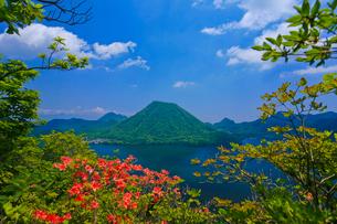 ツツジ咲く榛名湖と榛名富士の写真素材 [FYI01585937]
