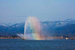 柴山潟の噴水と白山の写真素材 [FYI01586029]