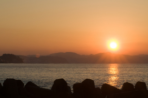 鎌倉腰越より望む日の出の写真素材 [FYI01586139]