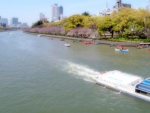 大川を上る観光船とカヌーの写真素材 [FYI01586144]