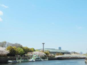 大阪城ホールと水上バスの写真素材 [FYI01586187]