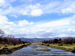 鴨川と青空の写真素材 [FYI01586197]