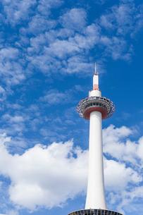 青空と京都タワーの写真素材 [FYI01586316]