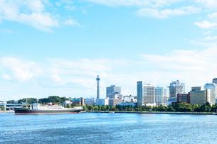 横浜マリンタワーと海の写真素材 [FYI01586323]