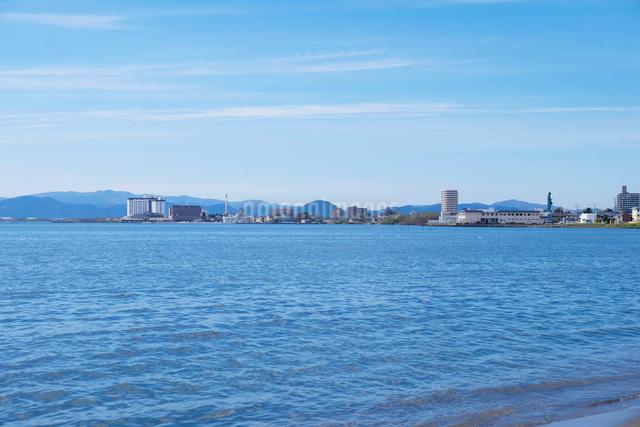 琵琶湖と長浜の街並みの写真素材 [FYI01586407]