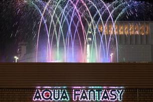 京都駅前の噴水とイルミネーションの写真素材 [FYI01586410]