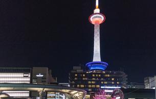 京都駅前から見た京都タワーの写真素材 [FYI01586428]