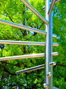 らせん状のオブジェと緑の木々の写真素材 [FYI01586447]