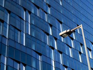 ビルの側面と青空の写真素材 [FYI01586474]