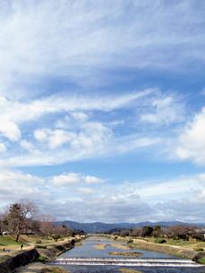 鴨川と青空の写真素材 [FYI01586514]