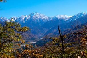 紅葉の剣岳と早月川の写真素材 [FYI01586574]