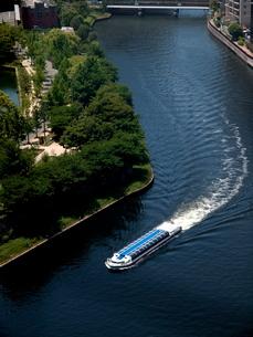 水上バス(アクアライナー)と新緑の写真素材 [FYI01586919]