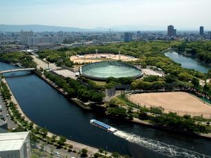 大阪城ホールと水上バス(アクアライナー)の写真素材 [FYI01586934]