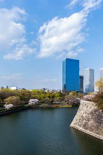 OBP 大阪ビジネスパークと大阪城内堀の写真素材 [FYI01586980]