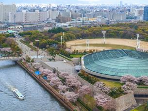 大阪城ホールとアクアライナーと桜並木の写真素材 [FYI01587025]