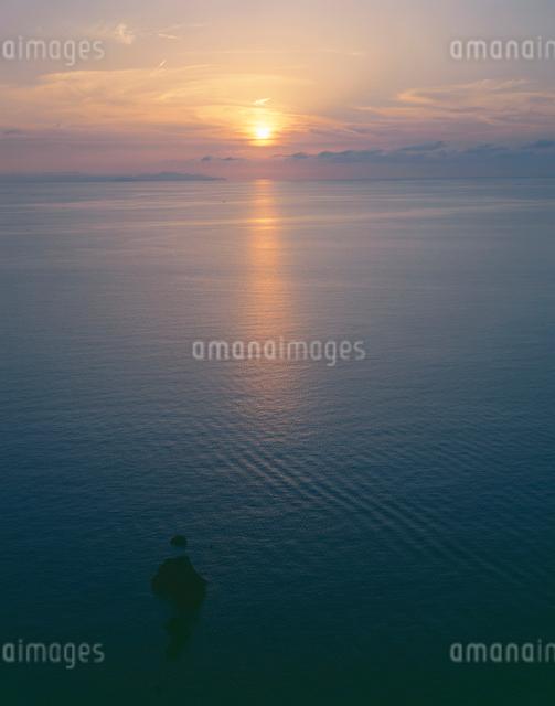 海と夕陽の写真素材 [FYI01588005]