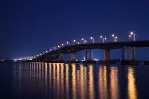 琵琶湖大橋夜景の写真素材 [FYI01588623]