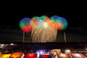 こうのす花火大会のワイドスターマインと三尺玉の写真素材 [FYI01588734]