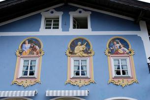 ミッテンヴァルトの家並みの写真素材 [FYI01589162]