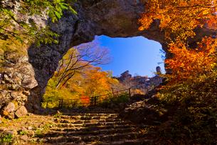 秋の妙義山の第四石門から大砲岩を望むの写真素材 [FYI01589272]