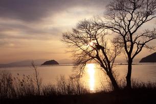 湖北夕日(竹生島を望む)の写真素材 [FYI01589605]