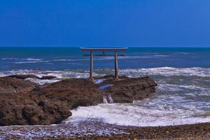 大洗磯前神社の神磯の鳥居と太平洋の写真素材 [FYI01589837]