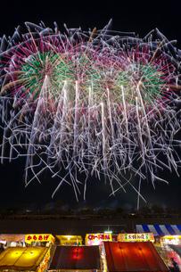 長野えびす講煙火大会の七号玉十発一斉打の写真素材 [FYI01589930]