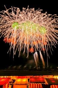 長野えびす講煙火大会の七号玉十発一斉打の写真素材 [FYI01590156]