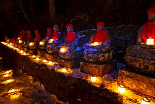 キャンドルが灯された憾満ガ淵の化地蔵の写真素材 [FYI01590218]