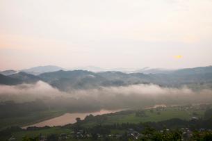 朝靄の信濃川の写真素材 [FYI01590241]