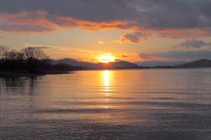 琵琶湖の夕日の写真素材 [FYI01590462]