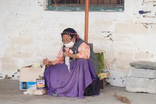 糸を紡ぐ女性の写真素材 [FYI01590672]