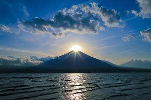 山中湖から見たダイヤモンド富士の写真素材 [FYI01590712]