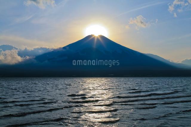 山中湖から見たダイヤモンド富士の写真素材 [FYI01591876]