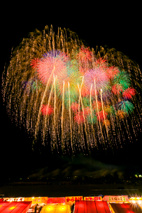 長野えびす講煙火大会の七号玉十発一斉打の写真素材 [FYI01591915]