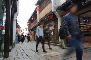 蘇州 運河沿いの町並みを歩く人の写真素材 [FYI01591932]