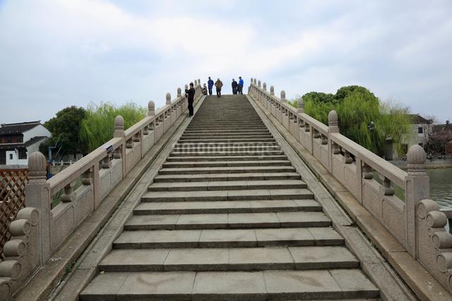 蘇州 運河沿いの橋の写真素材 [FYI01591938]