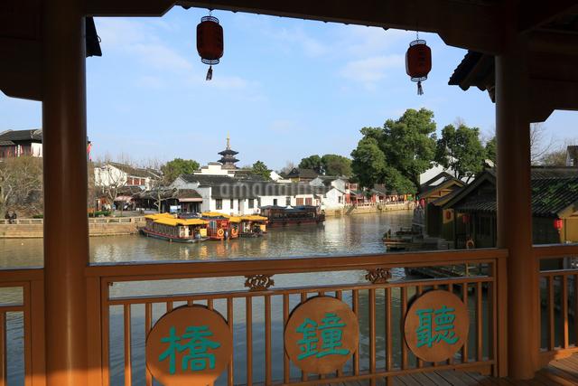蘇州 寒山寺風景区聴鐘橋から見る宝塔の写真素材 [FYI01591946]