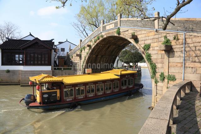 蘇州 寒山寺楓橋をゆく観光船の写真素材 [FYI01591953]