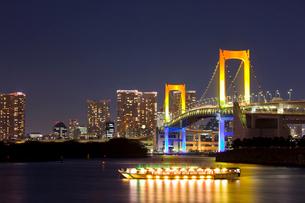 ライトアップされたレインボーブリッジと屋形船の写真素材 [FYI01592036]