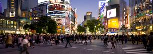 渋谷駅前交差点の夕景の写真素材 [FYI01592141]