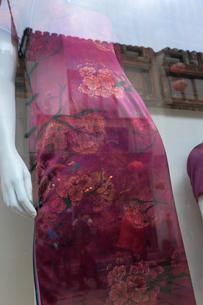 ガラスに映るピンクのドレスの写真素材 [FYI01592150]