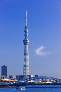 東京スカイツリーと白鬚橋と隅田川と屋形船の写真素材 [FYI01592199]