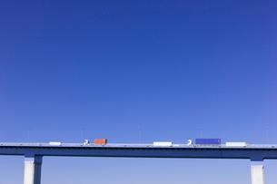 高架道路と青空の写真素材 [FYI01592211]