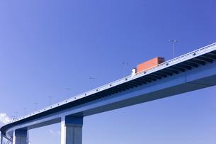 高架道路と青空の写真素材 [FYI01592249]
