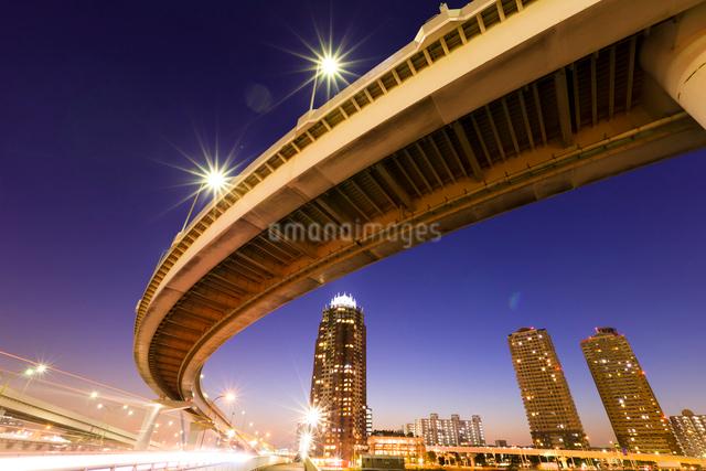 首都高速道路と高層マンションの写真素材 [FYI01592253]