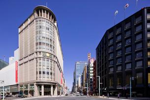 日本橋三越新館と中央通りの写真素材 [FYI01592284]