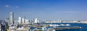 横浜マリンタワーから望むみなとみらいと大桟橋の写真素材 [FYI01592293]